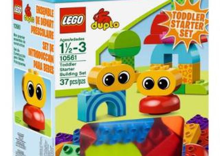 Mans puika izvēlas otro Lego Duplo komplektu - būvēšanas sākuma komplektu.