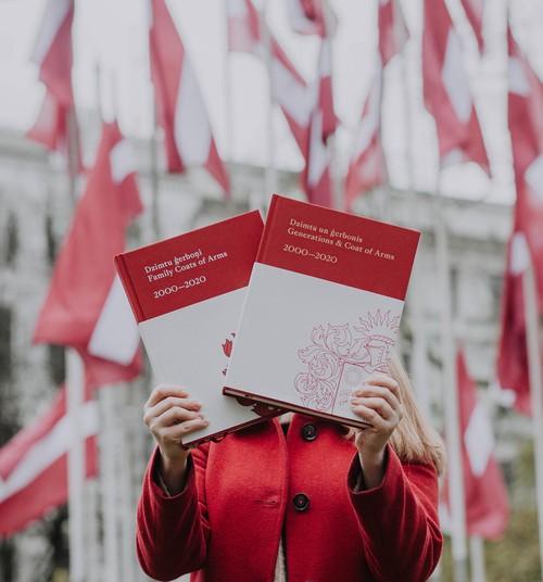 Iznācis unikāls, kultūrvēsturisks izdevums par Latvijā reģistrētiem dzimtu ģerboņiem