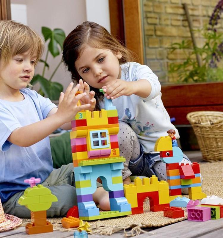 Agrīnajā bērna vecumā vecākiem ir jāiesaistās rotaļās ar bērniem