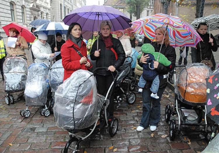 Māmiņu Klubs: Vecāku pabalstus nedrīkst samazināt. Māmiņas gatavojas protesta akcijai.