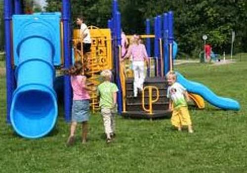 Bērnu slimnīcas mediķi aicina pievērst uzmanību drošībai rotaļlaukumos