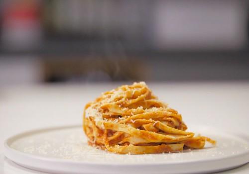 VideoRECEPTE: Mājās gatavota tomātu mērce ar pastu