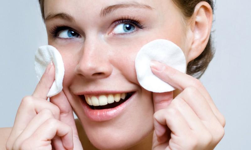Ekspertu padomi: kā pareizi tīrīt sejas ādu mājas apstākļos