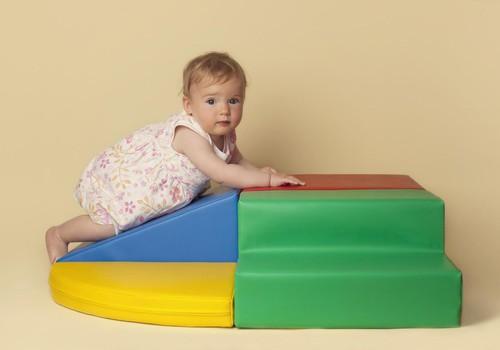 Rāpelēšana pa šķēršļu joslu veicina mazuļa pareizu attīstību