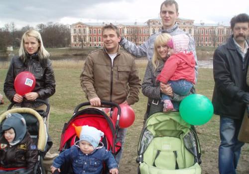 Lielā Māmiņu Kluba  pastaiga Jelgavas pils parkā
