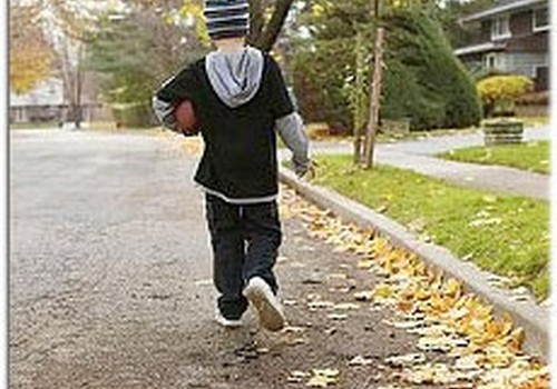 Drošības eksperti aicina vecākus runāt ar bērniem par drošību skolā un uz ielas