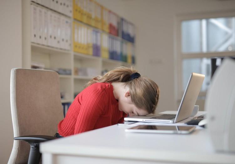 Kāpēc rudenī jūtamies miegaini un noguruši? Skaidro farmaceite
