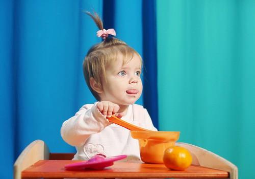 Ļauj bērnam ēst ar rokām un neaptaukoties