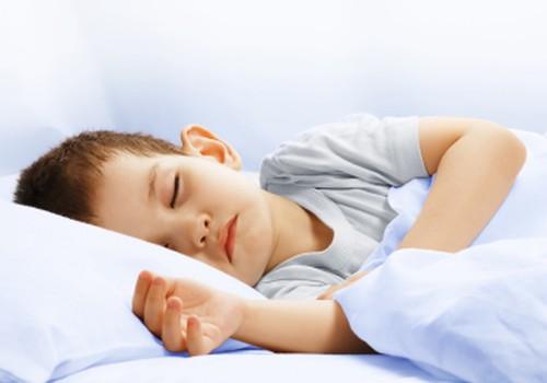 APTAUJA: Ko iesākt, ja bērns, apmeklējot skolu vai dārziņu, slapina gultā?