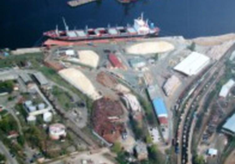 Rīgas ostas teritorijā notikusi ķīmiskā avārija; evakuē iedzīvotājus