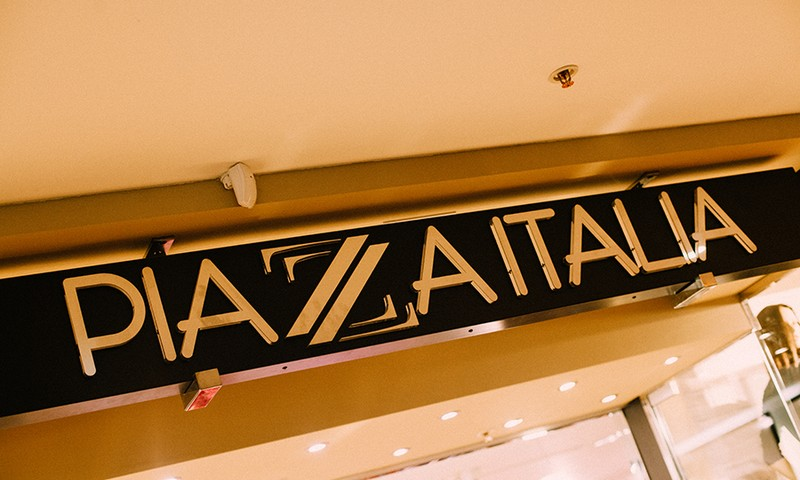 """Ģimenes apģērbu veikals """"Piazza Italia"""" atklāja svētku sezonu ar improvizētu deju modes skati Klientu dienas ietvaros!"""