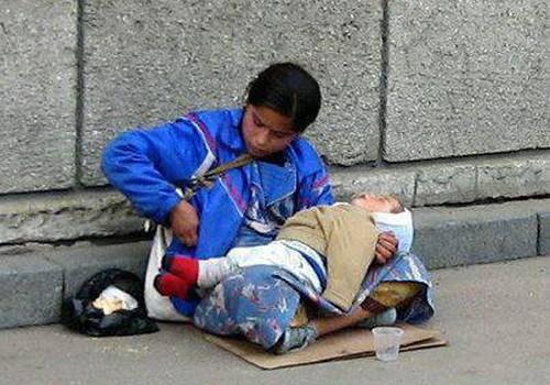 Kāpēc ubagu rokās ir guļošs bērns? Vai esat kādreiz aizdomājušies...