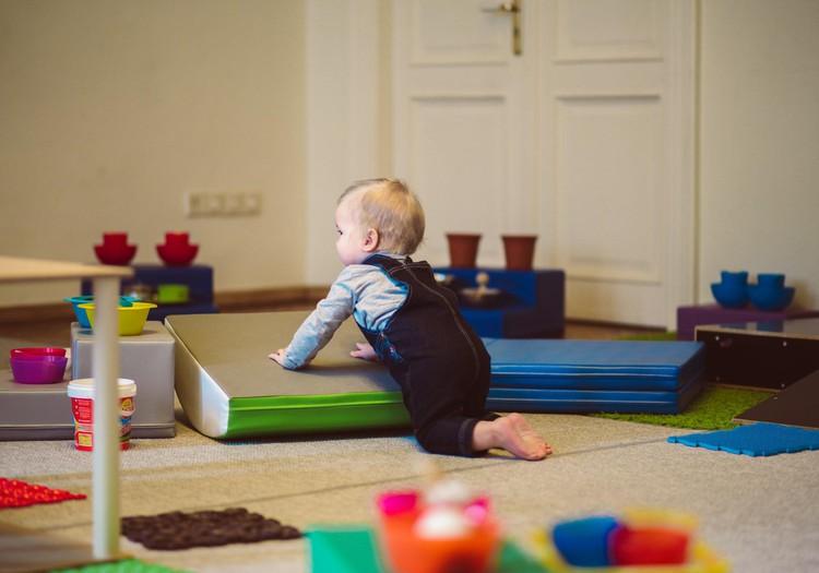 Mācāmies pareizi sēdēt, rāpot un staigāt: praktiska nodarbība