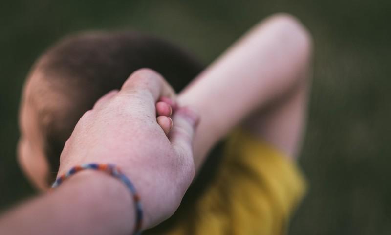 Pamācošs video par to, kā rīkoties bērnu histērijas gadījumā