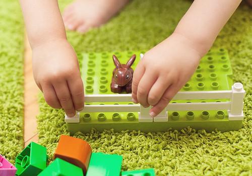 VIDEO Rotaļas mazuļa attīstībai: darbības ar priekšmetiem un sīkā motorika