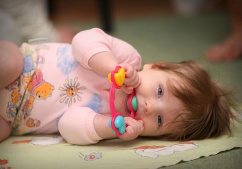 Kādas rotaļlietas izvēlēties mazulim pirmā dzīves gada laikā