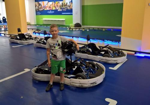 """Blue Shock Race KidsZone modes un izklaides centrā """"Riga Plaza""""- dēls tagad grib kļūt par sacīkšu braucēju"""