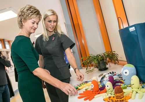 """Programmas """"Drošais apmetnis"""" organizatori un patronese Iveta Vējoņa kundze uzmundrina jaunās māmiņas Pasaules Priekšlaicīgi dzimušo bērnu dienā"""