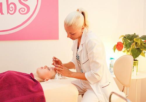 Relaksējošas sajūtas sejas un roku masāžas procedūrā Māmiņu Kluba skaistumkopšanas salonā