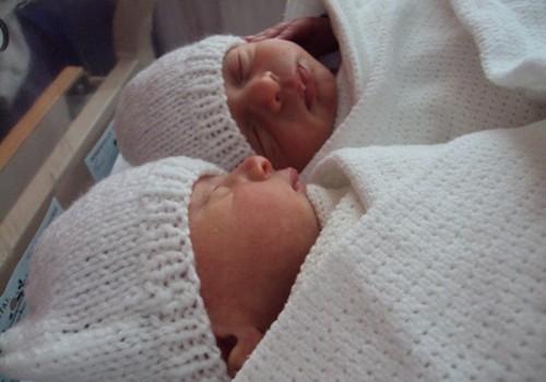 Dvīņu puikas ir mājās no slimnīcas!