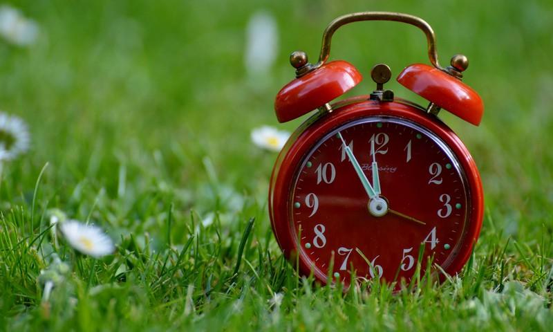 Naktī uz svētdienu pulksteņa rādītājus jāpagriež vienu stundu uz priekšu