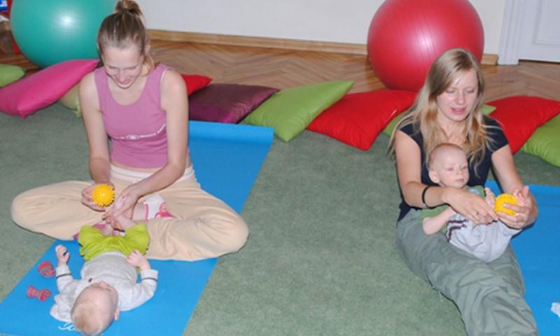 Kā māmiņām izvingrināt bērna kājiņas un pēdiņas?