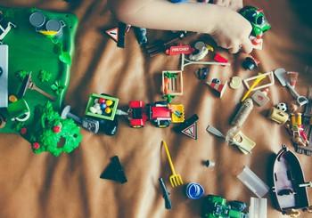 Kā bērnu pieradināt pie kārtības: padomi, kā iemācīt savākt rotaļlietas