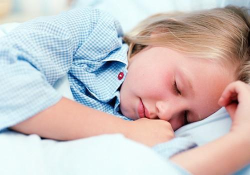 Kā pareizi reaģēt uz bērnu nakts enurēzi?