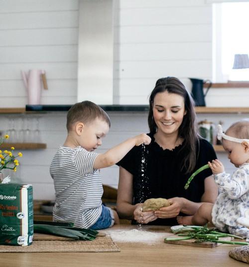 Pieci ēdieni Līgo galdam, ko pagatavot kopā ar bērnu
