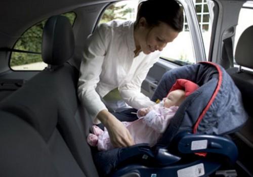 Ko darīt, ja bērns niķojas automašīnā?