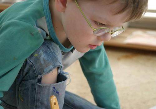 Rīgā atklāta piecgadīga zēna gleznu izstāde