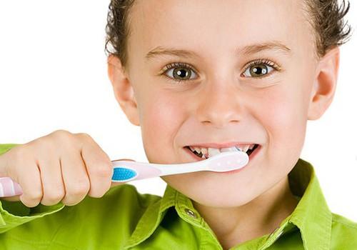 Ar ko vislabāk bērniem tīrīt zobus, un - vai vajag mutes skalošanas līdzekli?