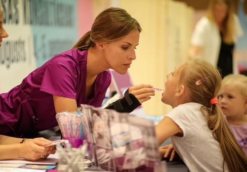 """Sabiedrībā zināmas māmiņās pārbauda savu bērnu veselību """"Bērnu veselības pieturā"""""""