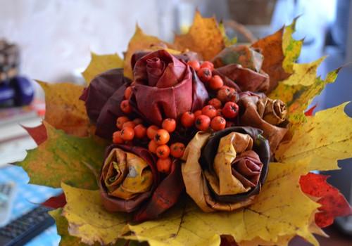 Rožu pušķis no rudens lapām