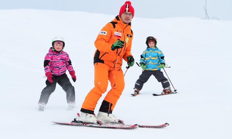 Vēlies sākt slēpot? Atbildes uz māmiņu biežāk uzdotajiem jautājumiem par slēpošanu