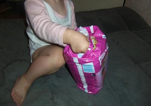 """Meitiņa mācās izmantot podiņu kopā ar """"nopietnajām"""" Huggies® Pull Ups®"""