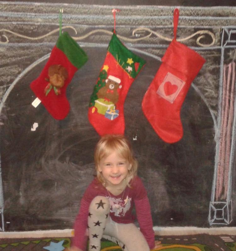 Māja pamazām ietērpjas un smaržo pēc Ziemassvētkiem.