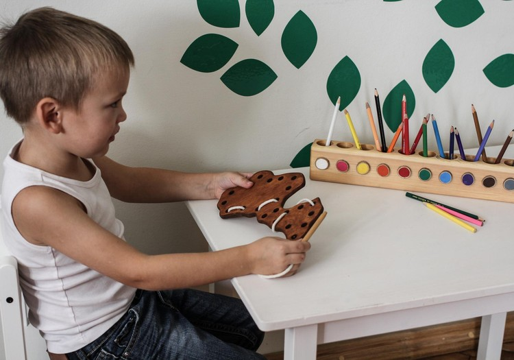 9 idejas rotaļām, kuras bērns var spēlēt vienatnē