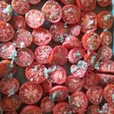 Pārklāj ar maisījumu tomātus.