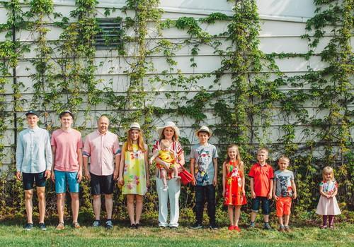 Lielā ģimenē ir spēks: 9 bērni un mīloši vecāki