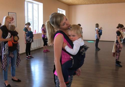 Iespēja izkustēties: VIDEO dejas ar mazuļiem slingos