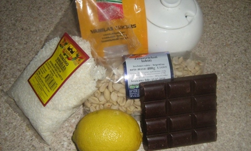 Riekstu- šokolādes bumbiņas kokosa skaidiņās