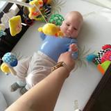 Ļauju spēlēties ar savu roku un rādu kā darbojas pirkstiņi jo bērns mācās skatoties kā mēs to darām.