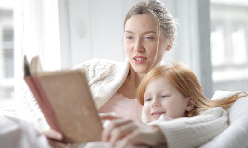 Lasi bērnam pasakas, jo tas attīsta viņa fantāziju!