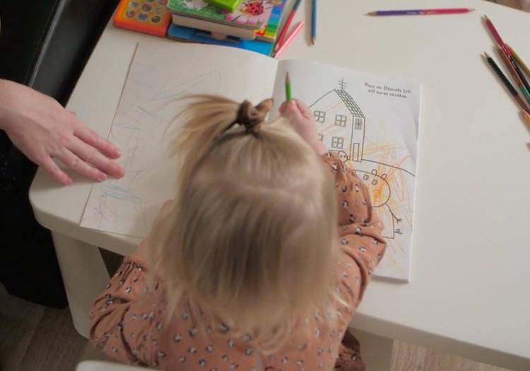Autiņbiksīšu maiņas procesā ir ļoti svarīgi neierobežot bērna kustības