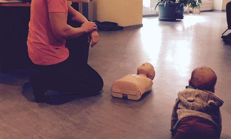 Izglītojāmies- pirmās palīdzības sniegšana mazulim