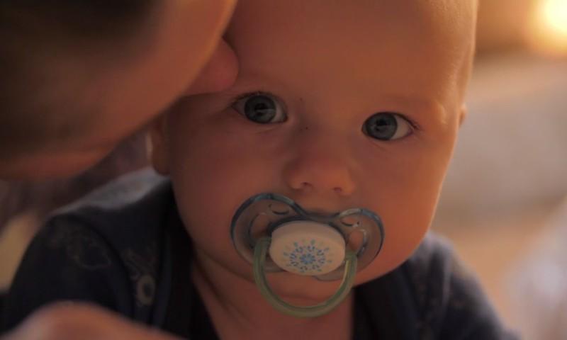 """K.Hēla: """"Bērns jāliek gulēt tad, kad viņš vēl smaida"""""""