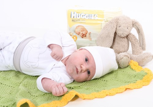 Huggies® Newborn autiņbiksītes jaundzimušajiem nodrošina visu laiku vislabāko maigo aizsardzību!