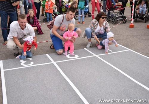 Rēzeknes Novada svētku mazākie apmeklētāji mērojās spēkiem mazuļu rāpošanas sacensībās