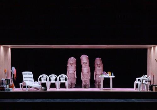 """Dailes teātra Lielajā zālē iestudēta Justīnes Kļavas komēdija """"SIDRABA ŠĶIDRUMS"""""""